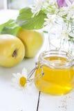 Apple, μέλι και λουλούδια στον ελαφρύ ξύλινο πίνακα Στοκ εικόνες με δικαίωμα ελεύθερης χρήσης