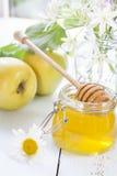 Apple, μέλι και λουλούδια στον ελαφρύ ξύλινο πίνακα Στοκ Εικόνες