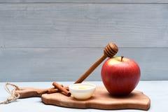 Apple, μέλι, ραβδί και κανέλα Στοκ φωτογραφία με δικαίωμα ελεύθερης χρήσης