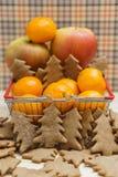 Apple, μανταρίνια, μπισκότα Χριστουγέννων στο κάρρο αγορών Στοκ Φωτογραφία