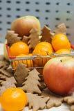 Apple, μανταρίνια, μπισκότα Χριστουγέννων στο κάρρο αγορών Στοκ φωτογραφία με δικαίωμα ελεύθερης χρήσης