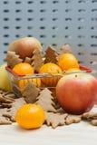 Apple, μανταρίνια, μπισκότα Χριστουγέννων στο κάρρο αγορών Στοκ φωτογραφίες με δικαίωμα ελεύθερης χρήσης