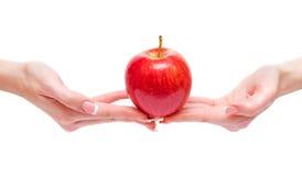 Apple μεταξύ των χεριών γυναικών Στοκ φωτογραφία με δικαίωμα ελεύθερης χρήσης