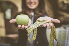 Apple, μετρητής, γυναίκα πίσω χαμογελώντας γυναίκα Στοκ Φωτογραφίες