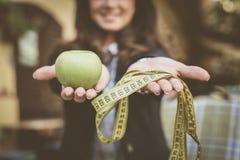 Apple, μετρητής, γυναίκα πίσω ocus σε ετοιμότητα γυναικών Στοκ φωτογραφία με δικαίωμα ελεύθερης χρήσης
