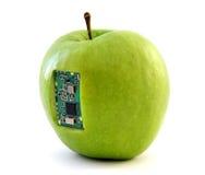 Apple με ένα ολοκληρωμένο κύκλωμα Στοκ Φωτογραφίες