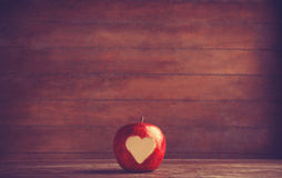 Apple με μια καρδιά που κόβεται σε το Στοκ Φωτογραφία