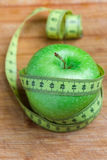 Apple με μια μετρώντας ταινία γύρω, την έννοια της διατροφής και την απώλεια βάρους Στοκ φωτογραφία με δικαίωμα ελεύθερης χρήσης