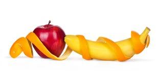 Apple με μια μπανάνα που τυλίγεται στην πορτοκαλιά φλούδα Στοκ εικόνα με δικαίωμα ελεύθερης χρήσης