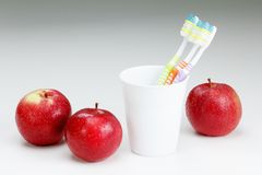Apple με μια οδοντόβουρτσα, στο λευκό οδοντικές έννοιες προσοχής Στοκ Φωτογραφίες