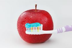 Apple με μια οδοντόβουρτσα Στοκ φωτογραφία με δικαίωμα ελεύθερης χρήσης