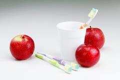 Apple με μια οδοντόβουρτσα, στο λευκό οδοντικές έννοιες προσοχής Στοκ φωτογραφία με δικαίωμα ελεύθερης χρήσης