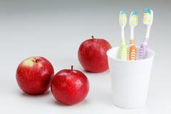 Apple με μια οδοντόβουρτσα, στο λευκό Οδοντική προσοχή Στοκ Εικόνες