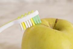 Apple με μια οδοντόβουρτσα Στοκ Φωτογραφία