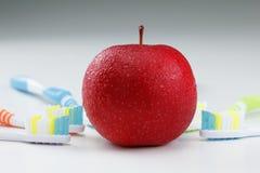 Apple με μια οδοντόβουρτσα Στοκ φωτογραφίες με δικαίωμα ελεύθερης χρήσης