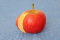 Apple με μια φέτα περικοπών Στοκ φωτογραφία με δικαίωμα ελεύθερης χρήσης