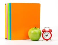 Apple με τα βιβλία και το ξυπνητήρι άσκησης Στοκ εικόνα με δικαίωμα ελεύθερης χρήσης