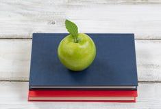 Apple με τα βιβλία πάνω από τον υπολογιστή γραφείου για το σχολείο Στοκ εικόνα με δικαίωμα ελεύθερης χρήσης
