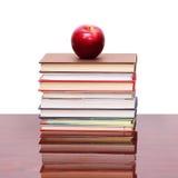 Apple με τα βιβλία στο ξύλο Στοκ φωτογραφία με δικαίωμα ελεύθερης χρήσης