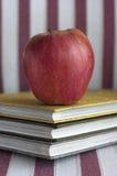 Apple με τα βιβλία Στοκ φωτογραφία με δικαίωμα ελεύθερης χρήσης