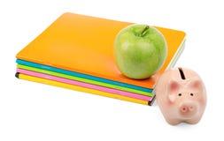 Apple με τα σημειωματάρια και piggy τράπεζα Στοκ Φωτογραφίες