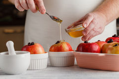 Apple με τα συστατικά και μέλι πέρα από το ξύλινο υπόβαθρο εκλεκτικός Στοκ εικόνα με δικαίωμα ελεύθερης χρήσης