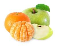 Apple με τα φρούτα φύλλων και tangerine, ξεφλουδισμένα τμήματα που απομονώνονται Στοκ Εικόνες