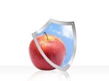 Apple με την ασπίδα προστασίας υγείας που απομονώνεται στο λευκό Στοκ φωτογραφία με δικαίωμα ελεύθερης χρήσης