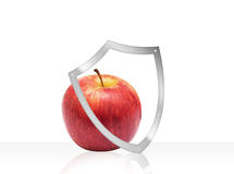 Apple με την ασπίδα προστασίας υγείας που απομονώνεται στο λευκό Στοκ Εικόνες