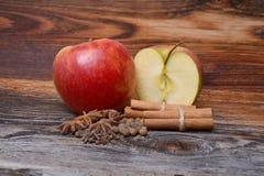 Apple με την κανέλα σε ξύλινο Στοκ Φωτογραφία