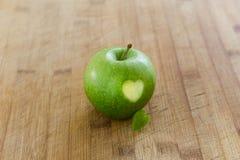 Apple με την καρδιά στον ξύλινο πίνακα Στοκ Εικόνα
