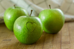 Apple με την καρδιά στον ξύλινο πίνακα Στοκ εικόνες με δικαίωμα ελεύθερης χρήσης