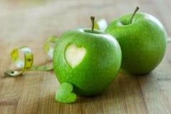 Apple με την καρδιά στον ξύλινο πίνακα Στοκ εικόνα με δικαίωμα ελεύθερης χρήσης