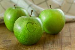 Apple με την καρδιά στον ξύλινο πίνακα Στοκ φωτογραφία με δικαίωμα ελεύθερης χρήσης