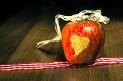 Apple με την καρδιά Στοκ εικόνα με δικαίωμα ελεύθερης χρήσης