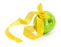 Apple με την κορδέλλα Στοκ Φωτογραφίες