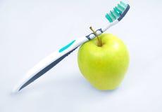 Apple με την οδοντόβουρτσα Στοκ Εικόνες