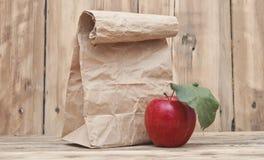 Apple με την τσάντα εγγράφου Στοκ εικόνα με δικαίωμα ελεύθερης χρήσης