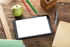 Apple με την ψηφιακή ταμπλέτα στον ξύλινο πίνακα Στοκ εικόνες με δικαίωμα ελεύθερης χρήσης
