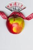 Apple με τη μέτρηση της ταινίας στην κλίμακα βάρους dieting Στοκ φωτογραφία με δικαίωμα ελεύθερης χρήσης