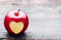 Apple με τη μορφή καρδιών διακοπής στοκ φωτογραφία με δικαίωμα ελεύθερης χρήσης