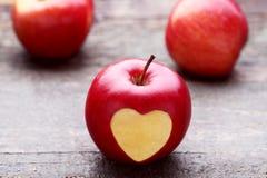 Apple με τη μορφή καρδιών διακοπής στοκ φωτογραφίες