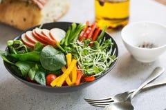 Apple με τη σαλάτα σπανακιού Στοκ φωτογραφία με δικαίωμα ελεύθερης χρήσης