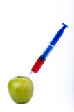Apple με τη σύριγγα Στοκ φωτογραφία με δικαίωμα ελεύθερης χρήσης