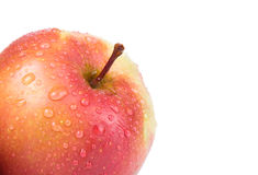 Apple με τις πτώσεις στη γωνία που απομονώνεται σε ένα άσπρο υπόβαθρο S Στοκ Εικόνες