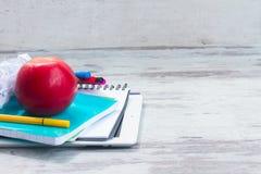 Apple με τις σχολικές προμήθειες Στοκ εικόνα με δικαίωμα ελεύθερης χρήσης
