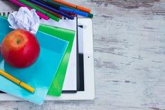 Apple με τις σχολικές προμήθειες Στοκ φωτογραφία με δικαίωμα ελεύθερης χρήσης