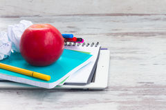 Apple με τις σχολικές προμήθειες Στοκ Εικόνα