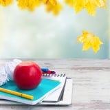 Apple με τις σχολικές προμήθειες Στοκ Εικόνες