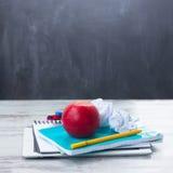 Apple με τις σχολικές προμήθειες Στοκ Φωτογραφία